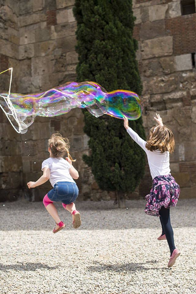 Two girls with bubbles in Barcelona
